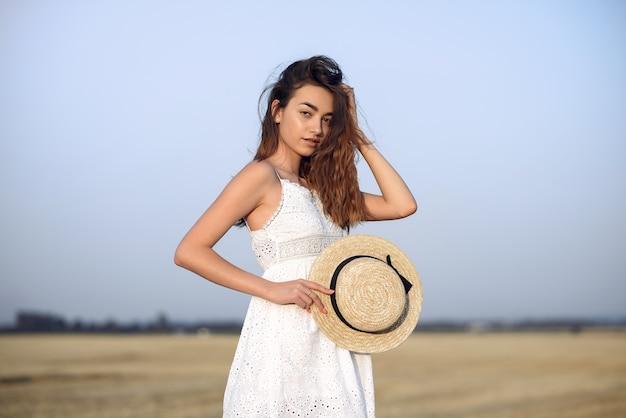 Красивая элегантная девушка в осеннем пшеничном поле Бесплатные Фотографии