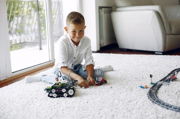 プレイルームでレゴと遊ぶ子供 無料写真
