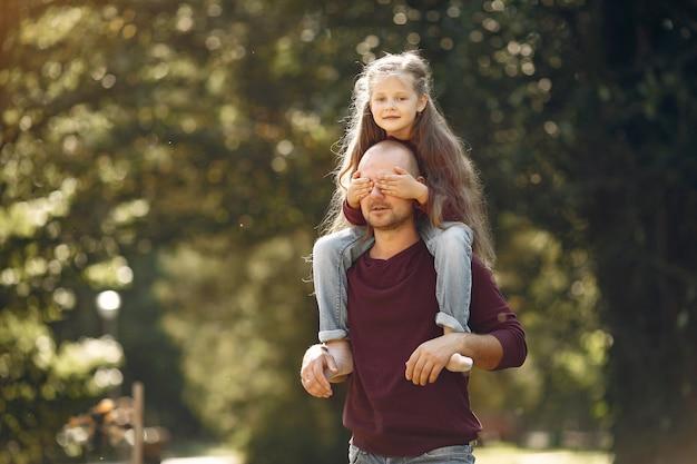 秋の公園で遊ぶかわいい家族 無料写真