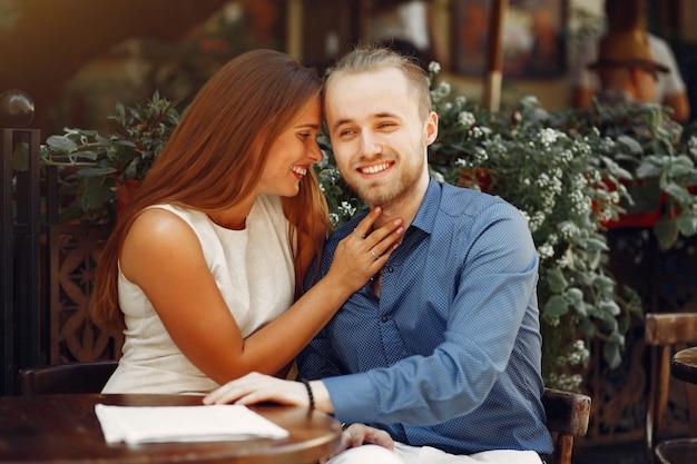 美しいカップルは夏の街で時間を過ごす 無料写真