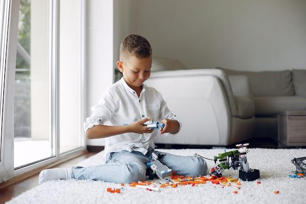 Ребенок играет с лего в игровой комнате Бесплатные Фотографии