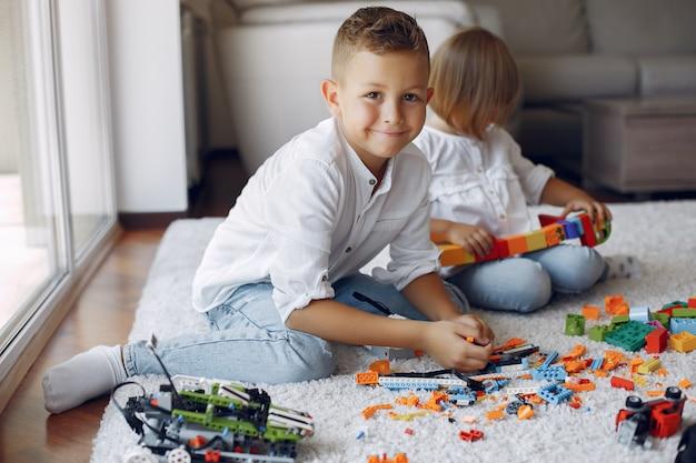 プレイルームでレゴと遊ぶ子供たち 無料写真