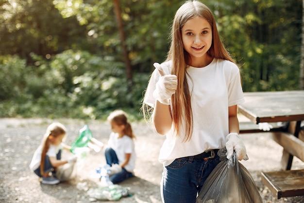 子供たちは公園でゴミ袋にゴミを収集します 無料写真