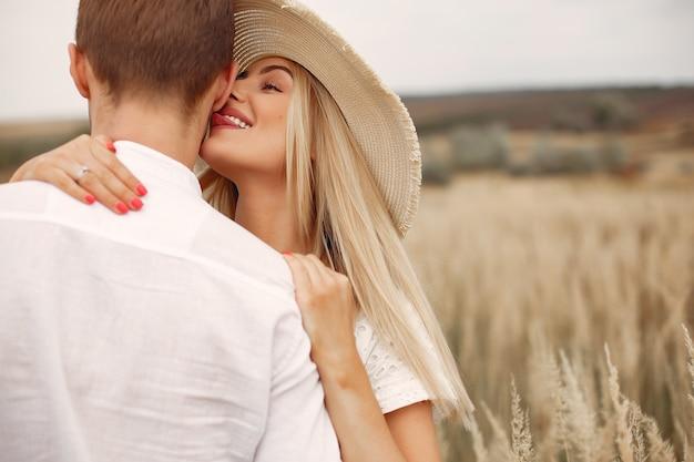 Красивая пара проводит время на осеннем поле Бесплатные Фотографии
