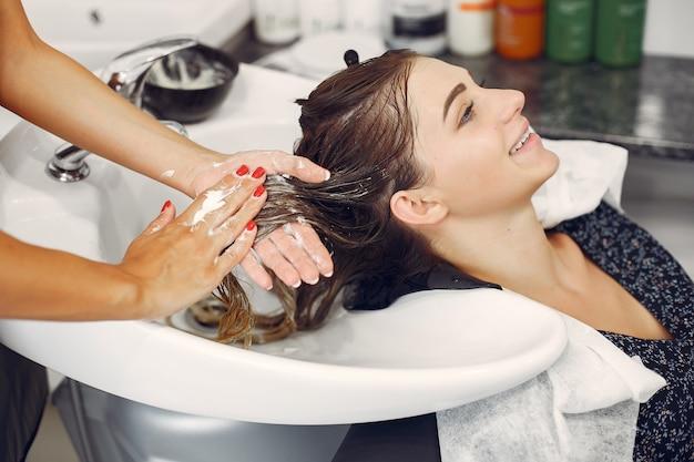 ヘアサロンで頭を洗う女 無料写真