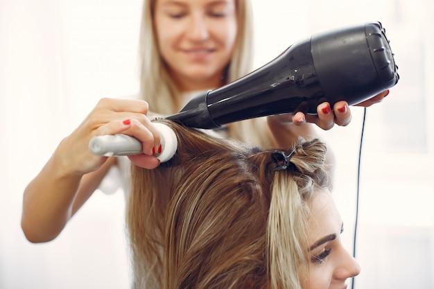 ヘアサロンで髪を乾かす女性 無料写真