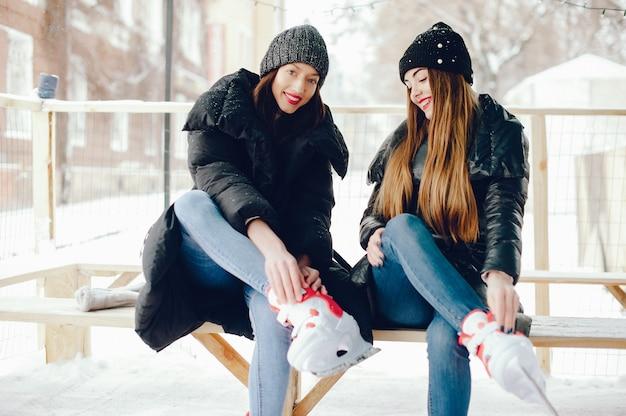 Милые и красивые девушки в белом свитере в зимнем городе Бесплатные Фотографии