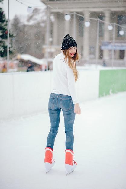 Милая и красивая девушка в белом свитере в зимнем городе Бесплатные Фотографии