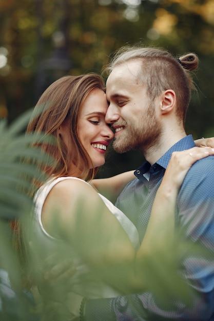 Красивая пара проводит время в летнем парке Бесплатные Фотографии