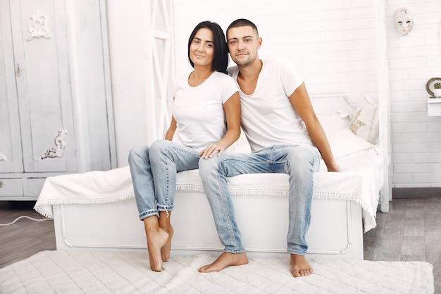 美しいカップルは寝室で時間を過ごす 無料写真