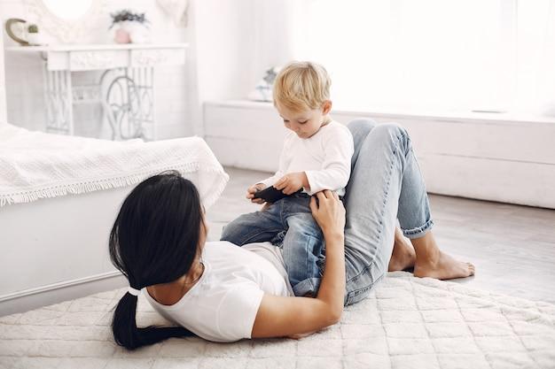 母と幼い息子は家で楽しい時を過す 無料写真