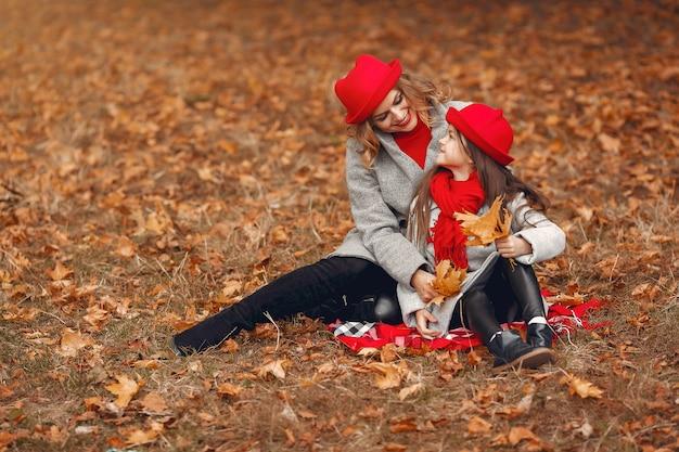 秋の公園でキュートでスタイリッシュな家族 無料写真