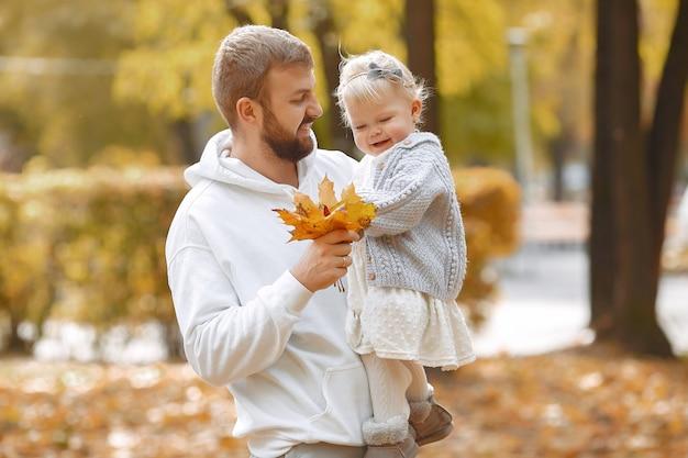 Семья с маленькой дочкой в осеннем парке Бесплатные Фотографии