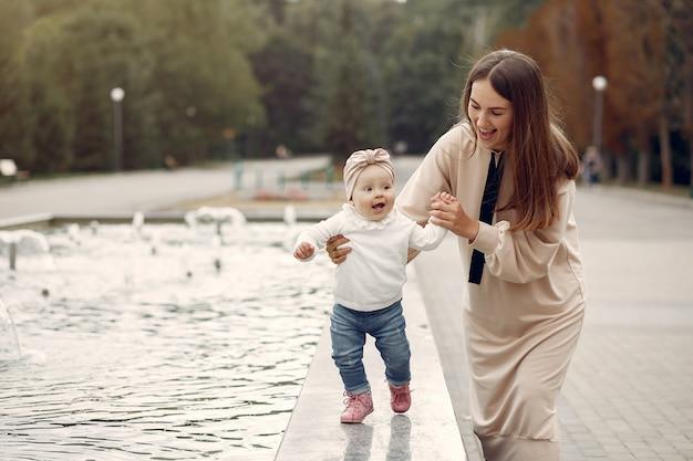 Мама с маленьким ребенком проводят время в парке Бесплатные Фотографии
