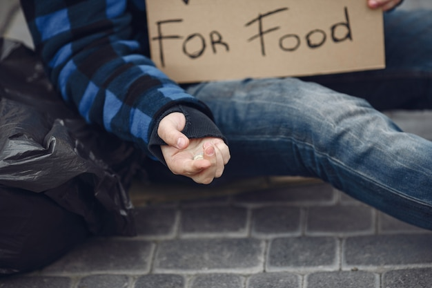 Бездомный мужчина в сумасшедшей одежде осеннего города Бесплатные Фотографии