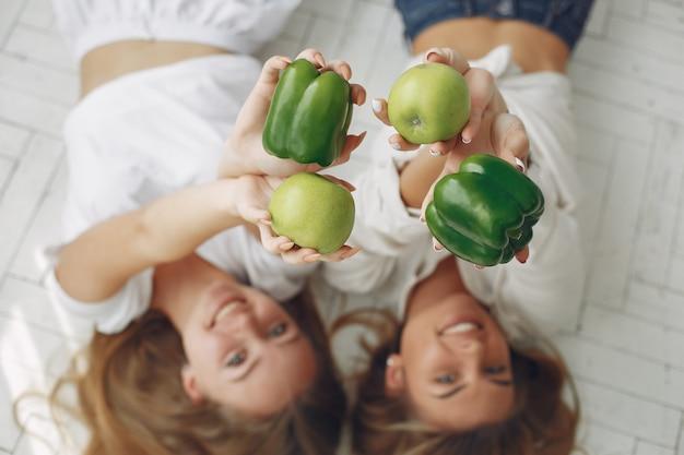 野菜と台所で美しく、スポーティな女性 無料写真