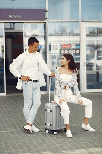 Красивая пара стоит возле аэропорта Бесплатные Фотографии