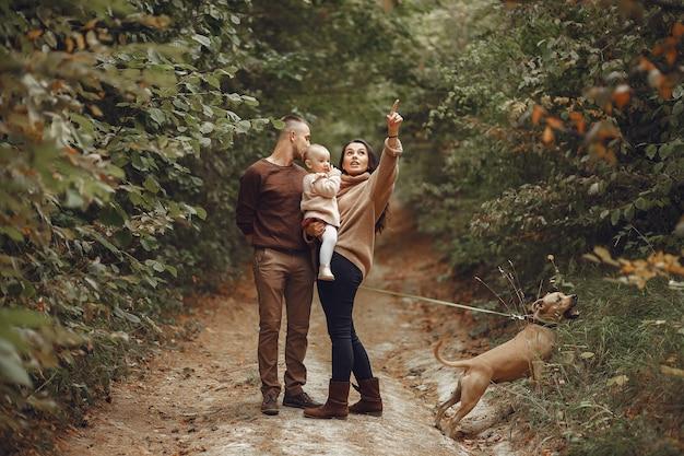 Милая и стильная семья играет в поле Бесплатные Фотографии