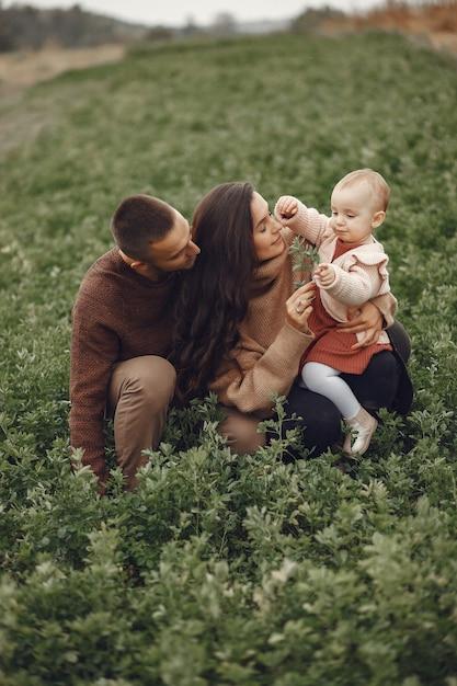 フィールドで遊ぶキュートでスタイリッシュな家族 無料写真