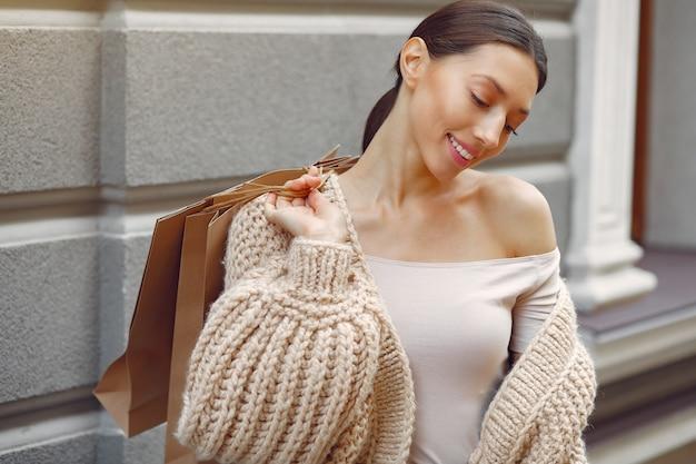 Элегантные и стильные девушки на улице с сумками Бесплатные Фотографии