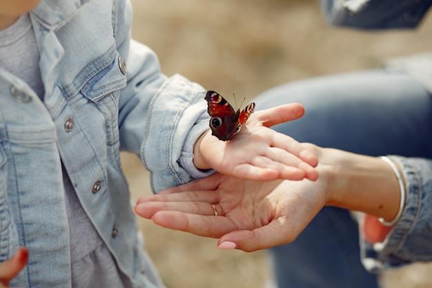 蝶を保持している少女 無料写真