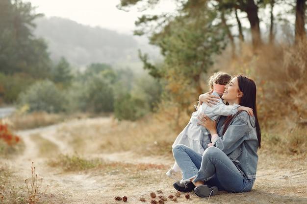 Мать с маленькой дочкой, играя в поле Бесплатные Фотографии