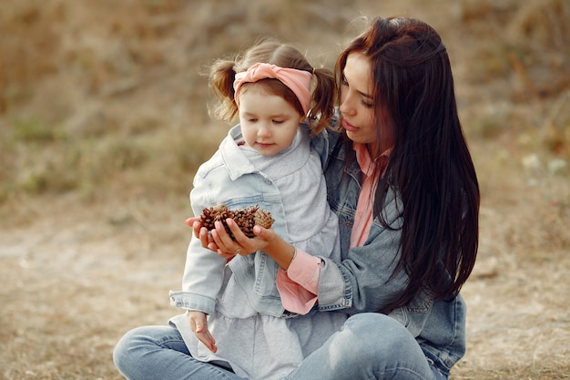 フィールドで遊ぶ幼い娘を持つ母 無料写真