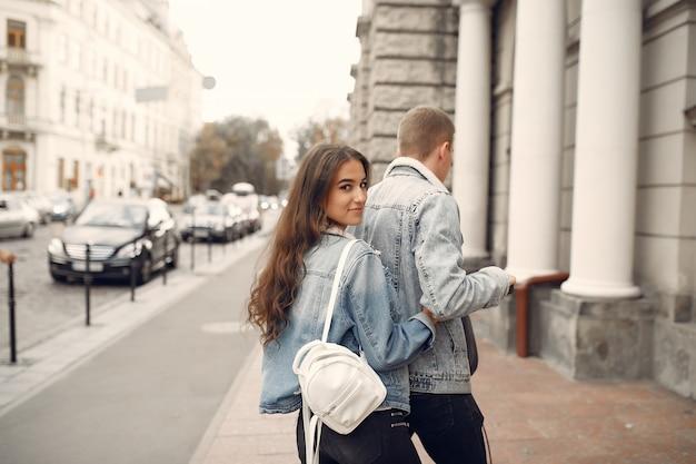 美しいカップルは通りで時間を過ごす 無料写真