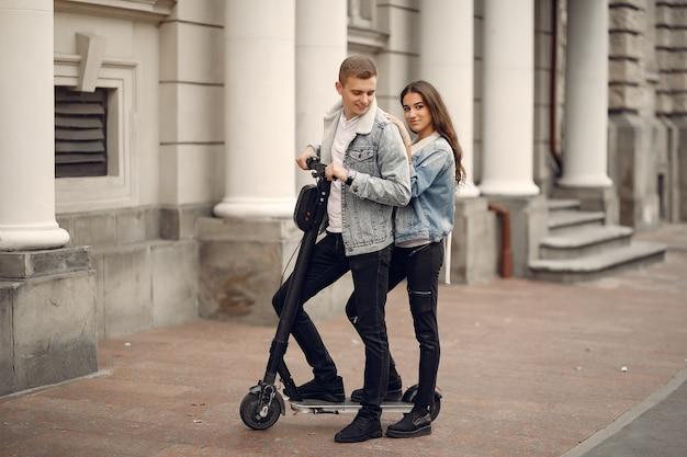 Красивая пара проводит время на улице Бесплатные Фотографии
