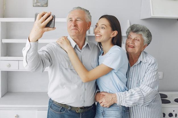 若い孫娘とキッチンで老夫婦 無料写真