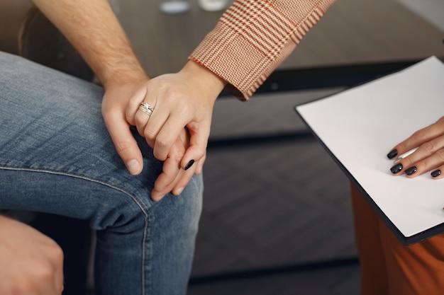 心理学者のオフィスに座っていると問題について話している男 無料写真