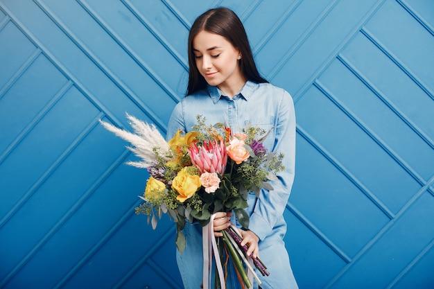 花屋はスタジオで美しい花束を作ります 無料写真