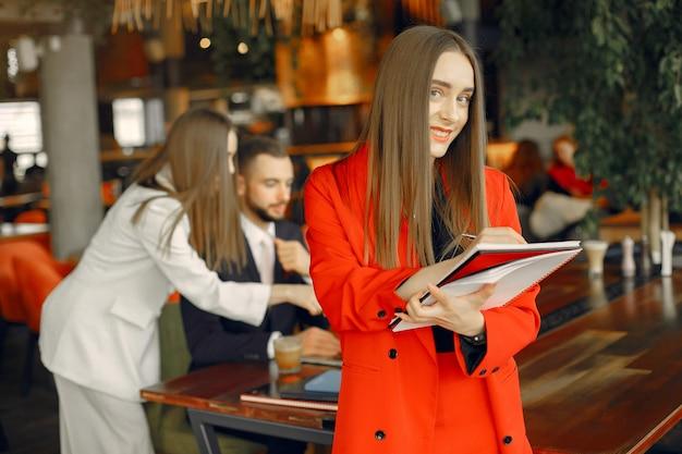 Партнеры сидят за столом и работают в кафе Бесплатные Фотографии