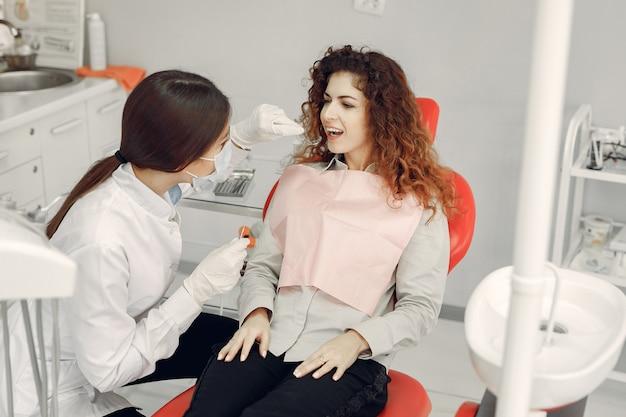 Красивая девушка сидит в кабинете стоматолога Бесплатные Фотографии