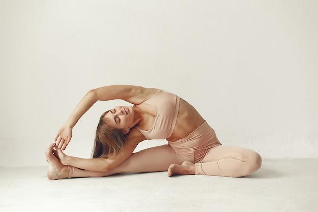 Красивая девушка занимается в студии йоги Бесплатные Фотографии