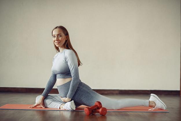Тренировка беременной женщины в спортзале Бесплатные Фотографии