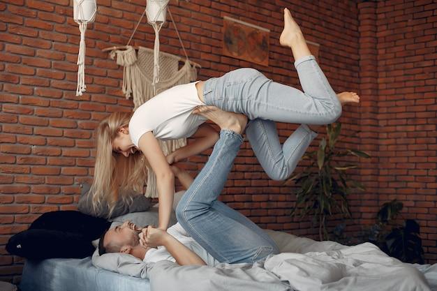 Пара сидит на кровати в комнате Бесплатные Фотографии