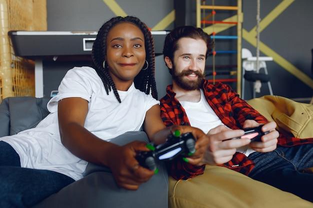 Международная пара играет в видеоигры Бесплатные Фотографии