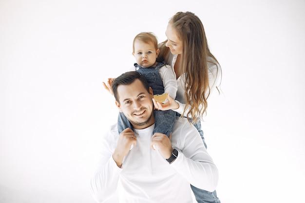 Красивая семья проводит время в спальне Бесплатные Фотографии