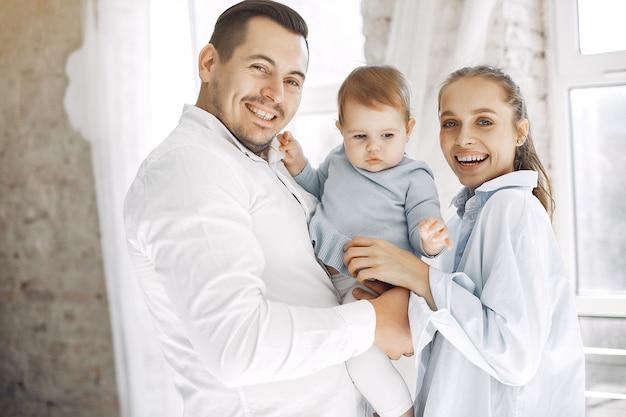 美しい家族は寝室で時間を過ごす 無料写真