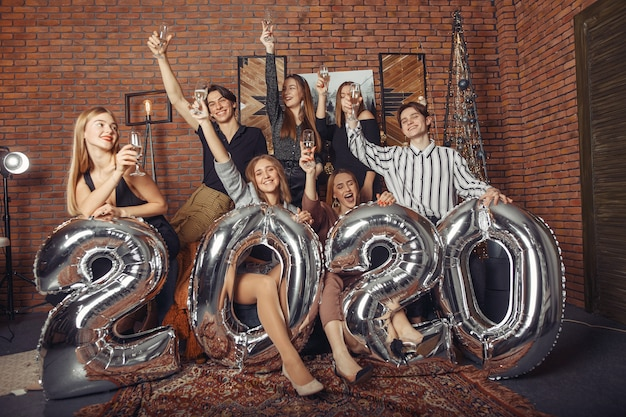 Люди празднуют новый год с большими шариками Бесплатные Фотографии