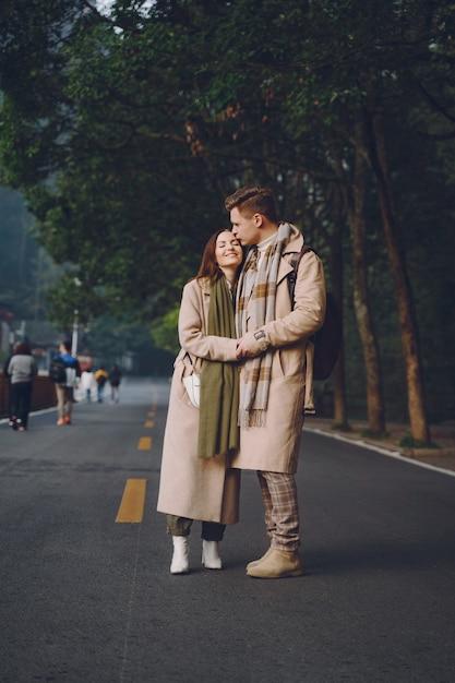 Новобрачная пара, показывая привязанность и держась за руки, когда они идут через национальный лесной парк чжанцзяцзе Бесплатные Фотографии