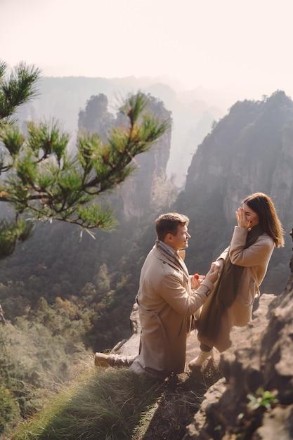 Мужчина предлагает девушке в национальном лесопарке чжанцзяцзе Бесплатные Фотографии