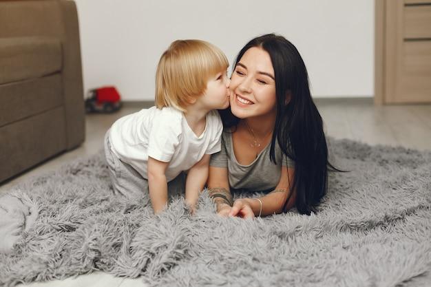母と幼い息子の家で楽しい 無料写真