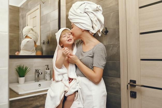 Мама учит маленького сына чистить зубы Бесплатные Фотографии