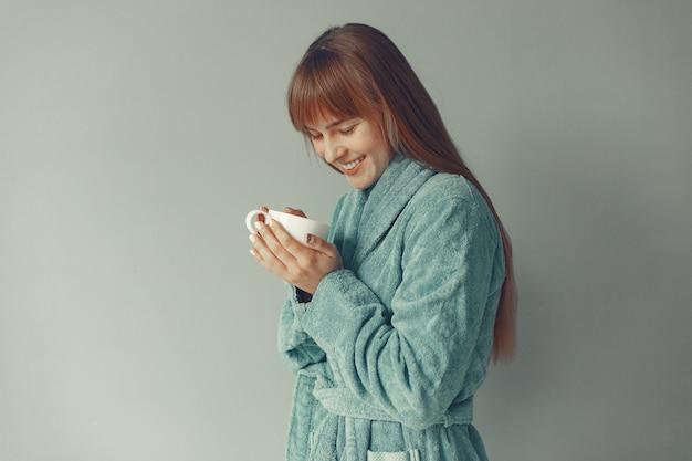 Красивая девушка в голубом халате Бесплатные Фотографии