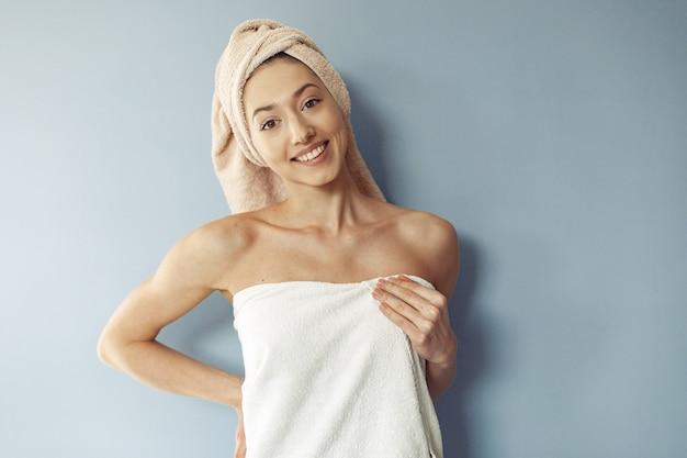 タオルに立っている美しい少女 無料写真