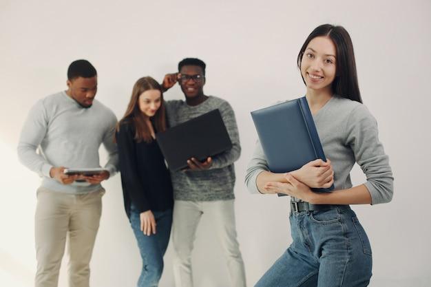 Молодые иностранные люди работают вместе и используют ноутбук Бесплатные Фотографии