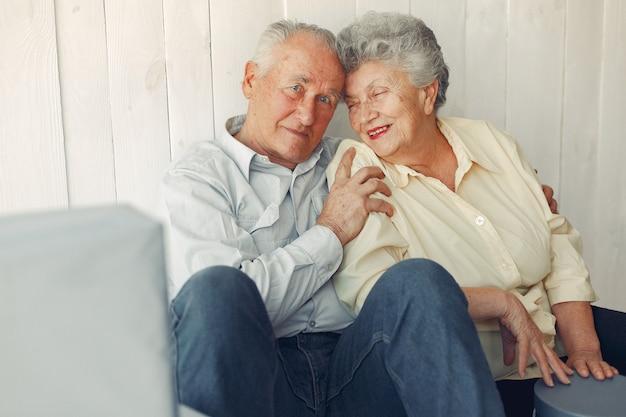 自宅の床に座ってエレガントな老夫婦 無料写真
