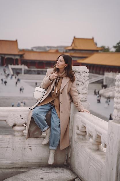 中国北京の禁止された都市を訪れるスタイリッシュな女の子 無料写真